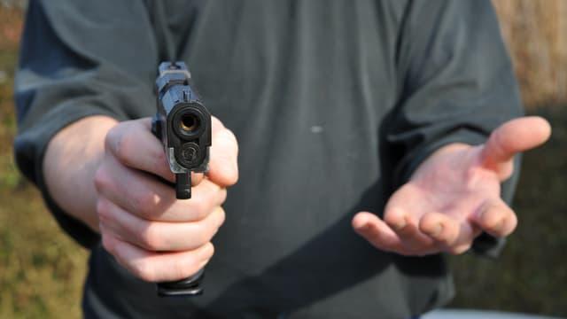 Ein Mann hält eine Pistole in der Hand