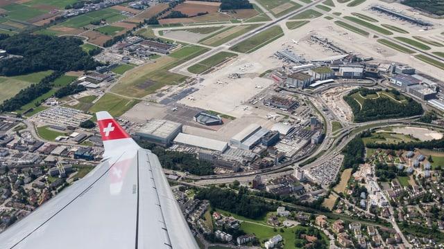 Blick aus einem Flugzeug auf den Flughafen Zürich.