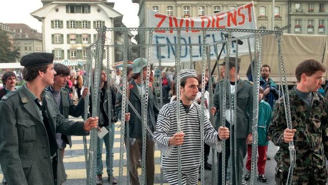 Männer verkleidet in Uniformen und Häftlingskleigung.