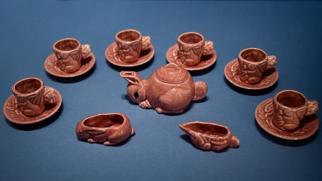 Pinke kleine Teetassen und Kanne in Hasen-Form