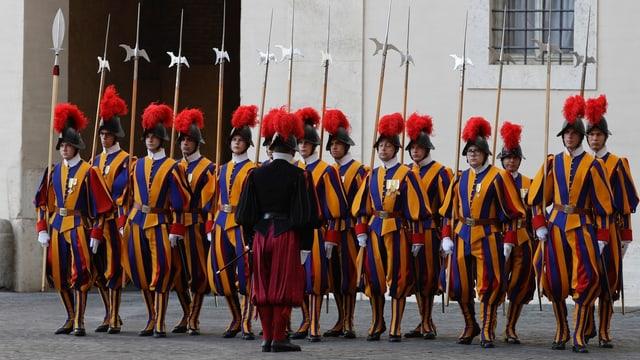 Gardist da la Guardia svizra papala.