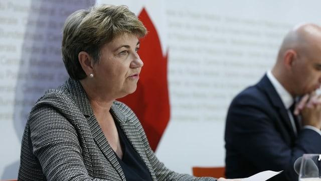 Verteidigungsministerin Viola Amherd spricht vor den Medien