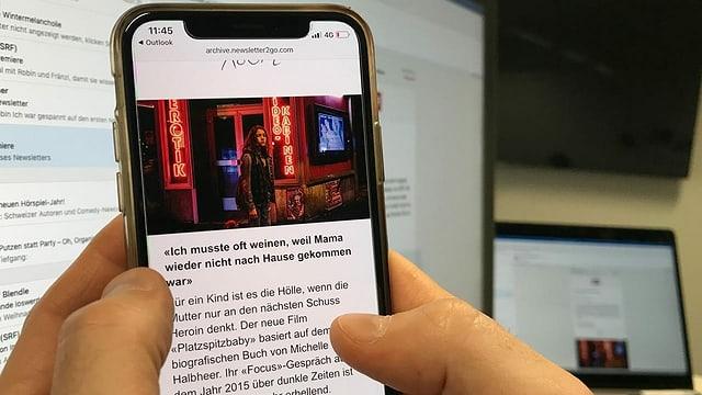 Ein Smartphone-Bildschirm, gehalten von zwei Händen. Auf dem Bildschirm ist eine junge trostlos blickende Frau an der Zürcher Langstrasse zu sehen.