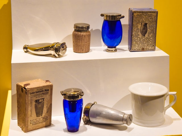 """Bilder der Ausstellung """"Der blaue Heinrich"""": Hier ein Spucknapf."""