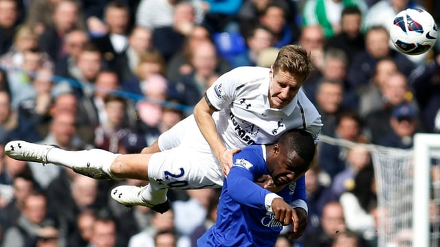 Tottenhams Michael Dawson (l.) im Zweikampf mit Evertons Victor Anichebe.