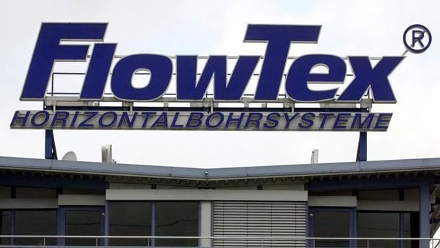 Ein Firmenschild auf dem Dach des FlowTex-Gebäudes.