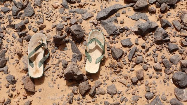 Flip Flops am Boden in der Wüste zwischen Libyen und Algerien.
