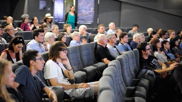 Kinopublikum am NIFFF wartet auf den Filmbeginn.