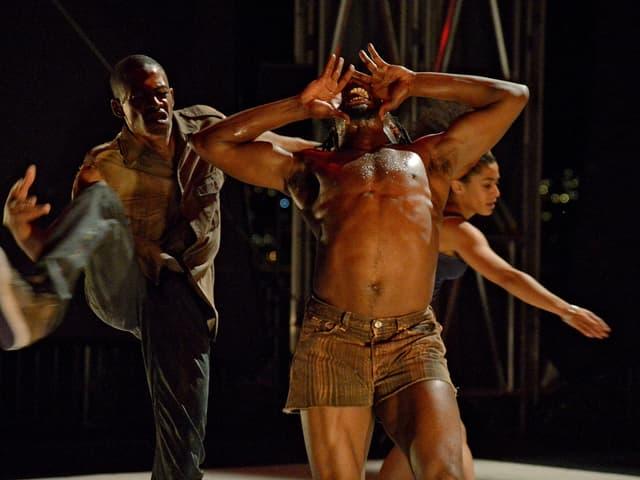Tänzer machen starke Gesten.