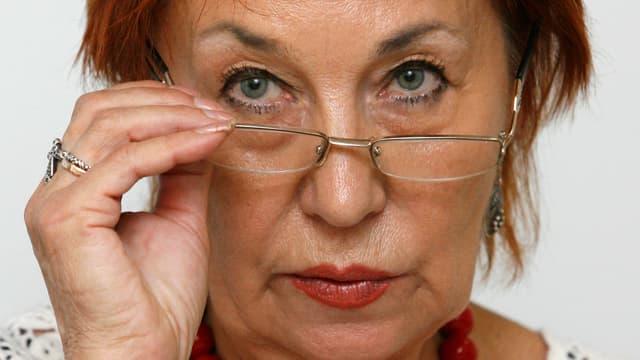 Ella Poljakowa blickt über ihren Brillenrand