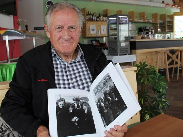 Peter Anthamatten mit einem Buch in der Hand.
