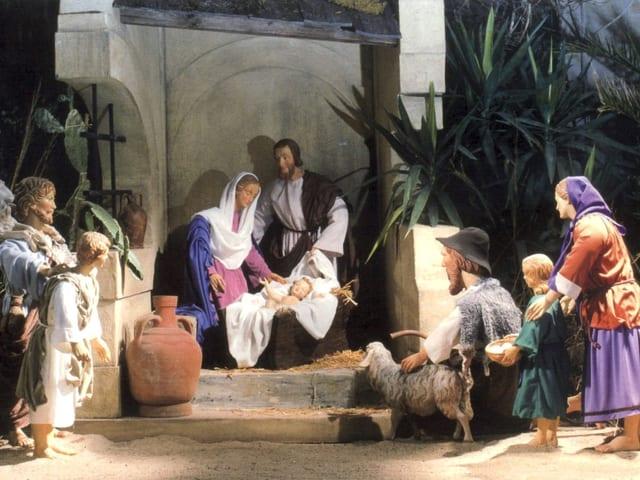 Ein Krippenbild mit Maria, Joseph und dem Christkind in der Mitte.