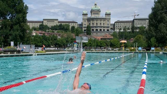 Schwimmer im Schwimmbecken, Bundeshaus im Hintergrund