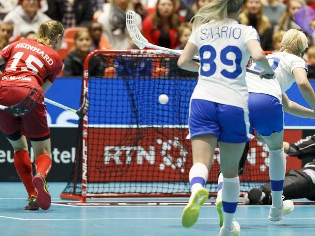 Unihockeyball  landet im Tor, Spielerinnen rundherum