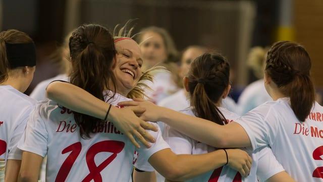 Die Schweizerinnen bejubeln ihren 3. Sieg.
