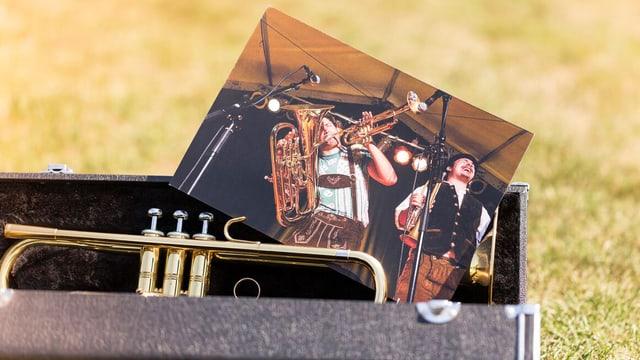 Eine Saxofonhülle mit Saxofon und einem Bild von Musikern.