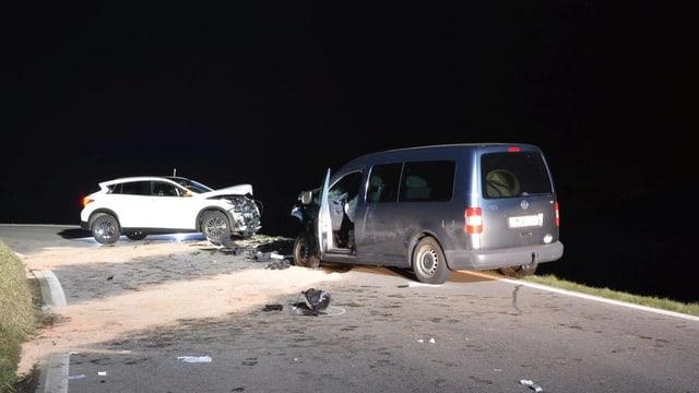 Ein Foto eines Frontalcrashs mit zwei involvierten Autos.