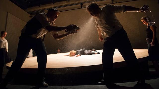 Schauspielenseble während der Inszenierung der «Schwarzen Spinne».