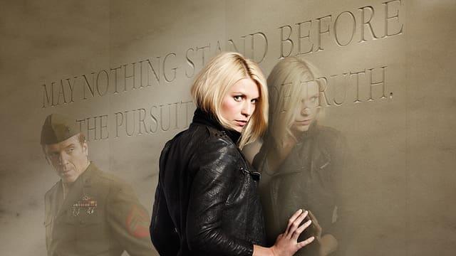 Claire Danes spielt Carrie Mathison. An der Wand steht «Es soll der Suche nach Wahrheit nichts im Wege stehen» (engl.). An der Wand reflektiert sich Damian Lews als Sergeant Nicholas Brody.