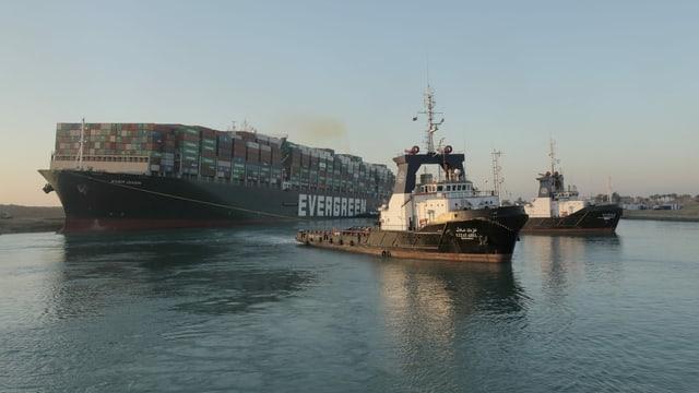 """Containerschiff """"Ever-Given"""" wird von kleineren Schleppschiffen gezogen."""