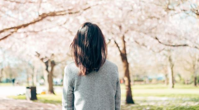 Frau in einem sonnigen Park