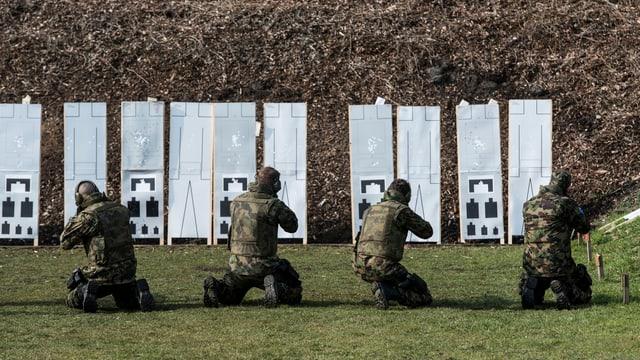 Schiessende Soldaten