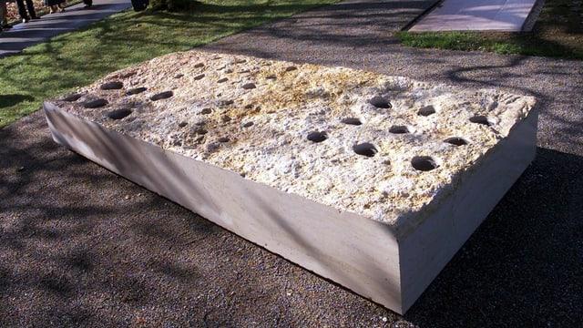 Ein grosser Stein bildet ein Gemeinschaftsgrab auf dem Berner Bremgartenfriedhof.
