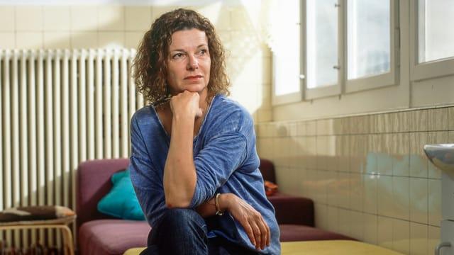 Milena Moser in ihrer Schreibwerkstatt in Aarau, mit blauem Pullover.