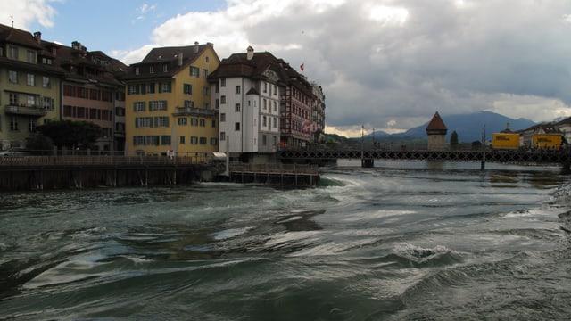 Das offene Reusswehr von Luzern.