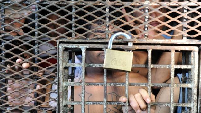 Häftlinge hinter Gitter.