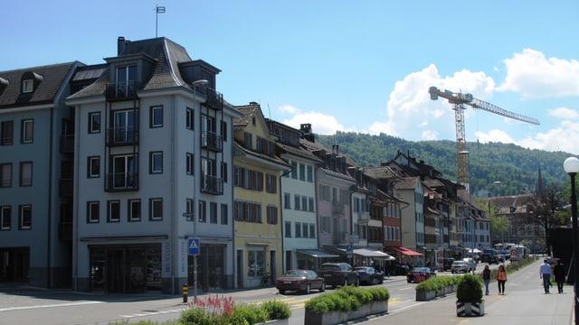 Eine Strasse führt vor Altstadthäusern vorbei.