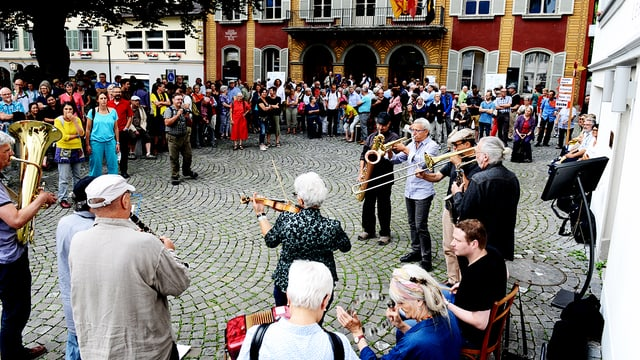 Die Banda Mille Lire beim «Platzkonzert» in Altdorf umringt von Zuschauern.