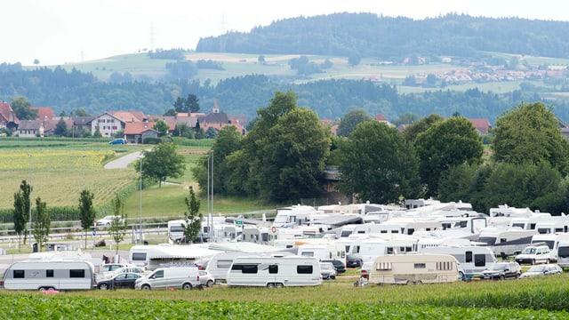 Zahlreiche Wohnwagen, im Hintergrund Wileroltigen