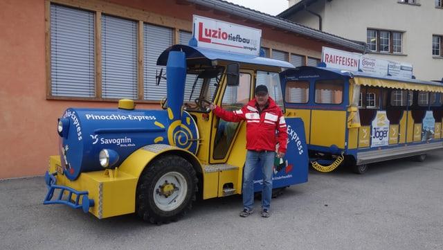 Otmar Netzer davant il Pinochio Express a Savognin.