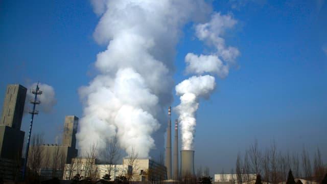 Rauchende Kamine einer Kohlefabrik in China