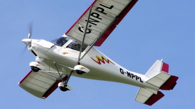 Eine Ikarus C-42 im Flug