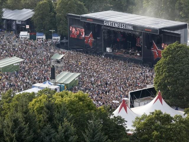 Gurtenfestival Bühne mit viel Publikum.
