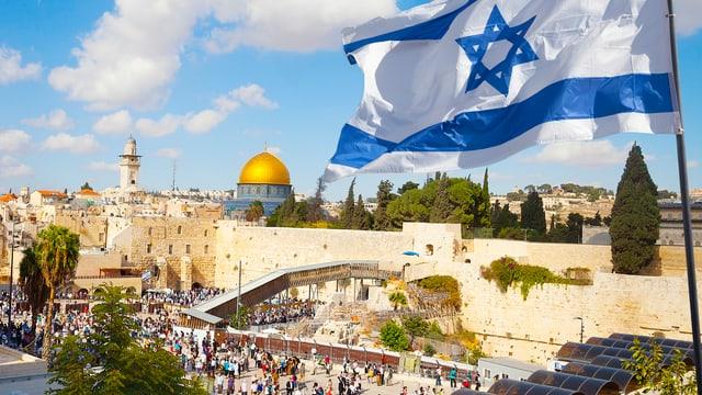 Eine israelische Flagge weht über der Klagemauer in Jerusalem.