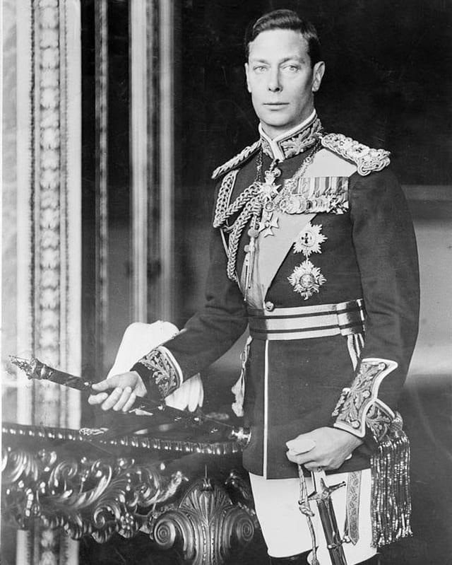 Schwarzweiss-Foto des Monarchen in einer Uniform mit vielen Orden.