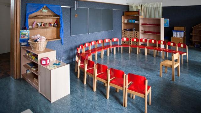 Leere Stühle in einem Kindergarten