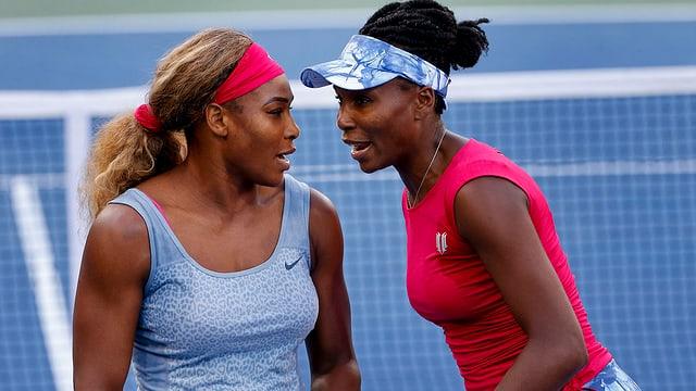 Serena (links) und Venus Williams sprechen miteinander