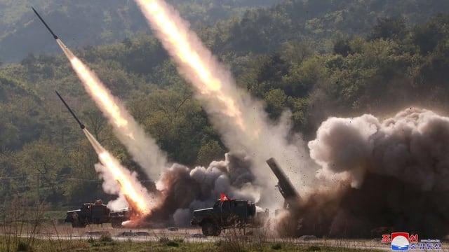Raketen kurz nach der Abfeuerung.