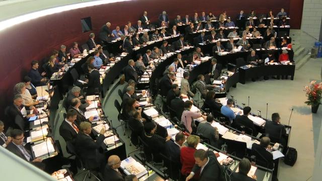 Ratssaal mit vielen Politiker in den Reihen im Luzerner Kantonsparlament.