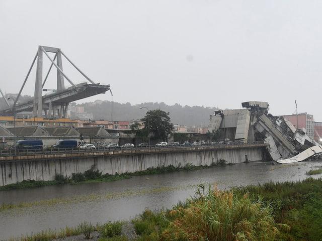 Trümmerteile im Torrente Polcevera.