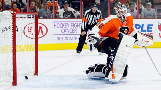 Flyers-Goalie Mason muss sich geschlagen geben.
