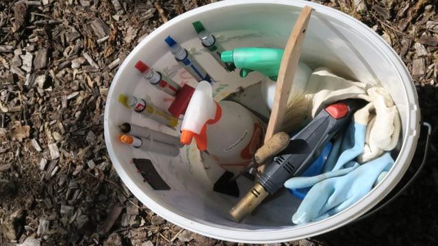 Blick in den Eimer mit dem Werkzeug für die Bienenpflege