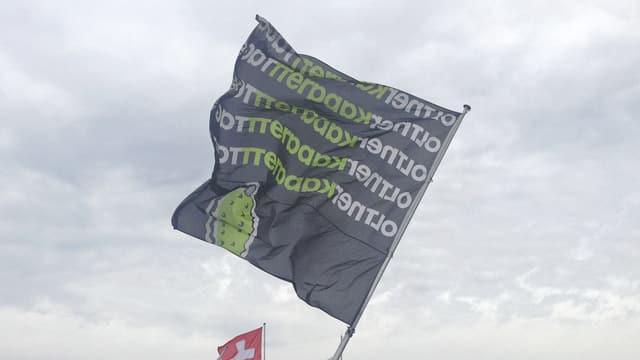 Bild von einer der Kabarett-Tage-Fahnen, die aktuell in Olten aufgehängt wurden.