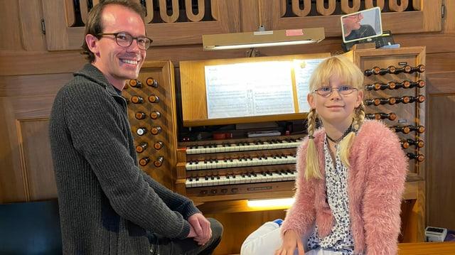 Musiklehrer mit Schülerin vor Orgel