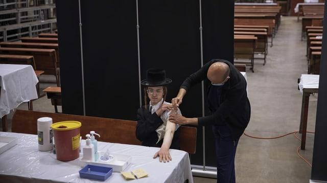 Orthodoxer Mann wird geimpft