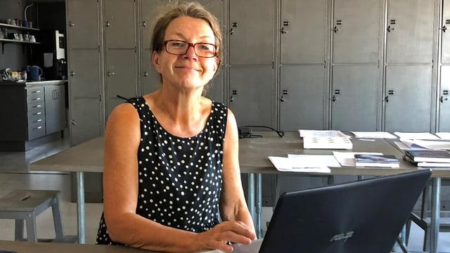 Frau am Laptop im Büro